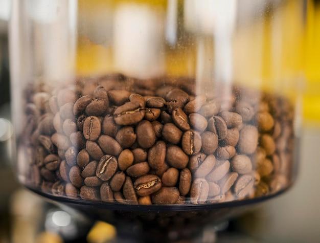 Primo piano dei chicchi di caffè in contenitore