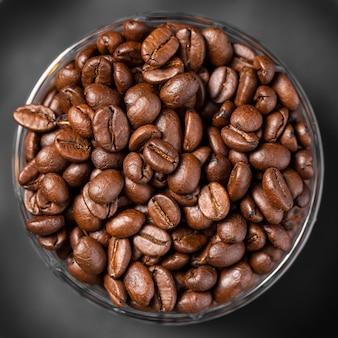 Крупный план кофейных зерен в миску