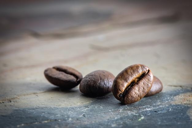 石のスラブにコーヒー豆をクローズアップ