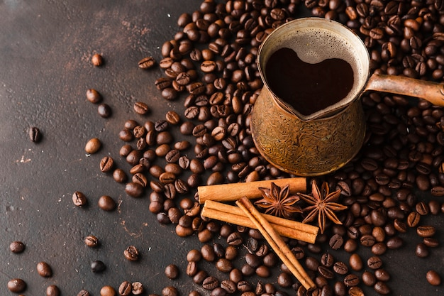 Chicchi di caffè del primo piano con il bastoncino di cannella