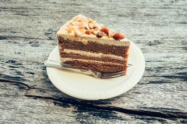 나무 테이블 배경에 커피 케이크를 닫습니다