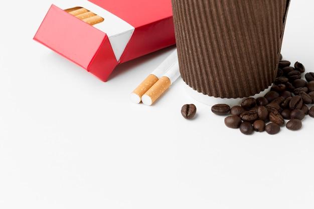 Primo piano caffè e sigarette