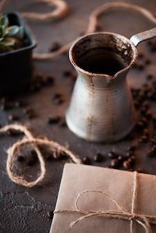 Крупный план кофейник с жареными бобами