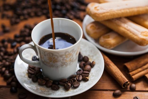 カップに注ぐクローズアップコーヒー