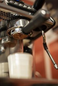 ミルクとグラスに注ぐクローズアップコーヒー