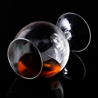 Коньяк крупным планом в горизонтальном стакане