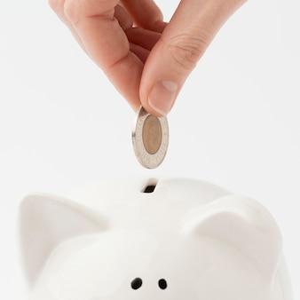 貯金箱に挿入されたクローズアップコイン