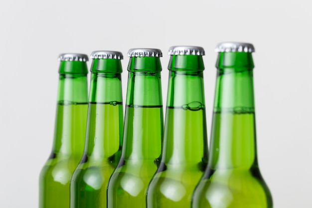 Bottiglie di birra fredda del primo piano