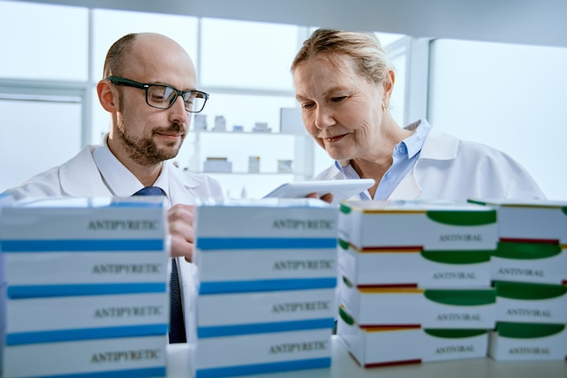 Крупный план. коллега фармацевтов обсуждает поставки новых лекарств. фото с копировальным пространством.