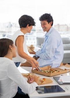Коллеги едят пиццу крупным планом