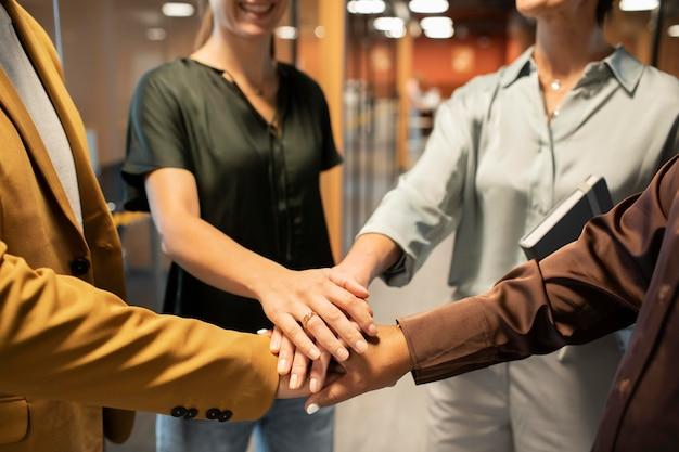 Chiudere i colleghi che uniscono le mani