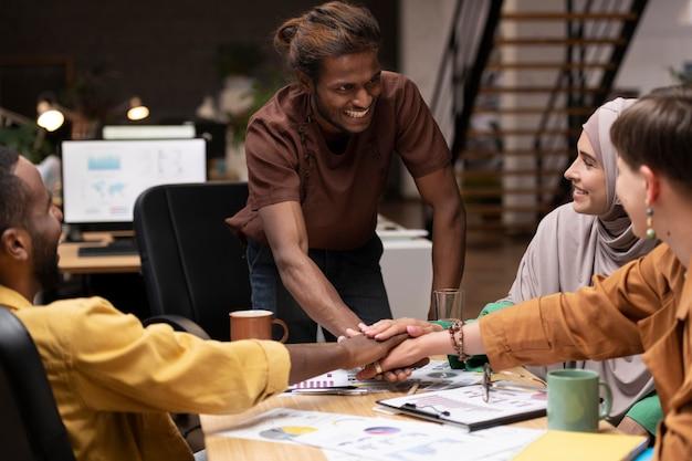 Закройте коллег, работающих вместе