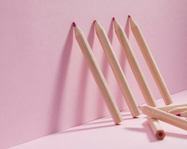 Крупным планом коллекция красочных карандашей