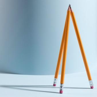 Крупным планом коллекция карандашей на столе