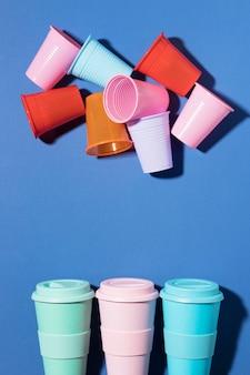 복사 공간 플라스틱 컵의 근접 컬렉션