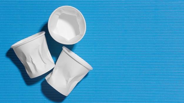 Raccolta di close-up di bicchieri di plastica con copia spazio