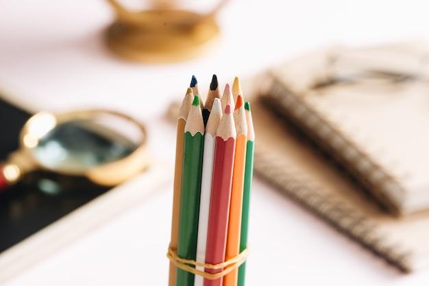 作業テーブルに分離された色鉛筆をクローズアップ