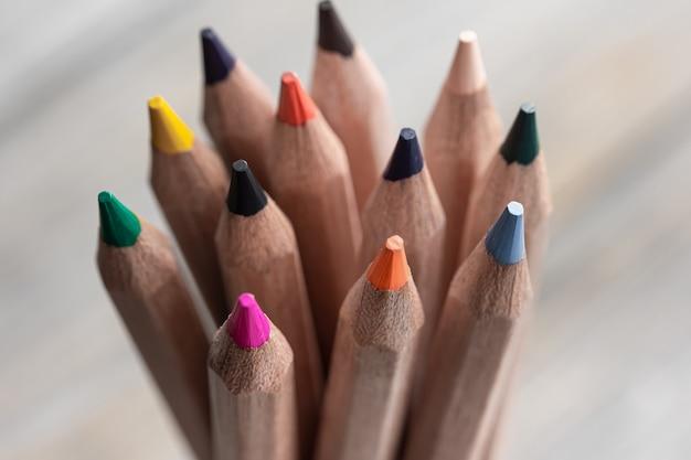 Primo piano di matite colorate per disegnare su sfondo sfocato