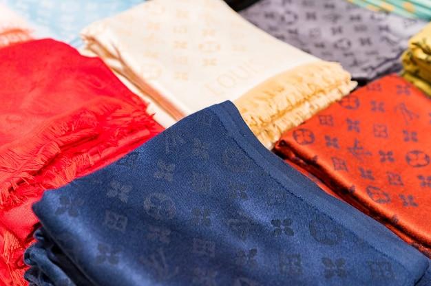 Крупным планом красочный модный шарф бренда на турецком рынке