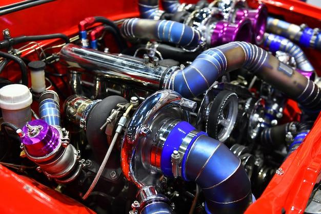 자동차 엔진의 다채로운 세부 사항을 닫습니다. 터보 엔진의 수정