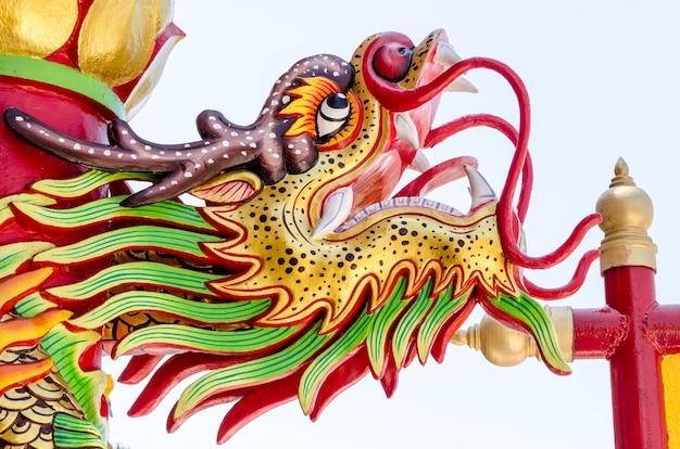 Закройте красочные статуи дракона.