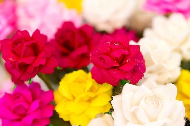 タイで作られたシルク(select focus)製のカラフルな花を閉じます。