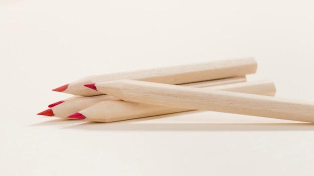 Цветные карандаши крупным планом на столе