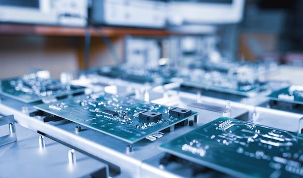 클로즈업 컴퓨터 녹색 미세 회로는 컴퓨터 및 사무 장비의 산업 생산에서 연속적으로 놓여 있습니다. 신기술 개발 및 정보 저장의 개념