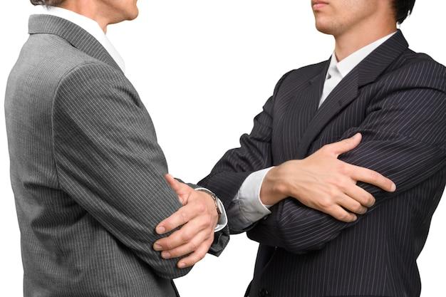 腕を組んで黒のエレガントなビジネススーツで自信を持ってビジネスマンをクローズアップ