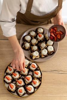 Chiuda sul cuoco che prepara il dessert delizioso