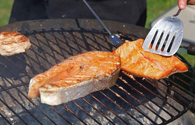 바베큐 그릴 그릴에 연어 생선 스테이크와 필레 요리를 닫고 높은 각도의 전망