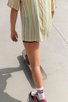 屋外でクールなスケーターをクローズアップ