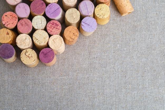린 넨 원단 배경에서 와인 병에서 코르크를 닫습니다.