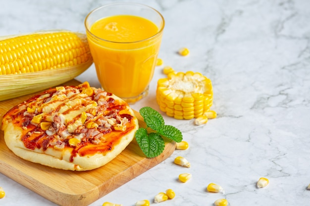 Primo piano sulla pizza di mais pronta da mangiare