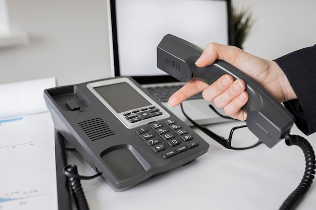 Крупным планом корпоративный офис с телефоном
