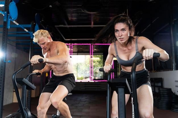 Primo piano su una coppia che fa allenamento crossfit
