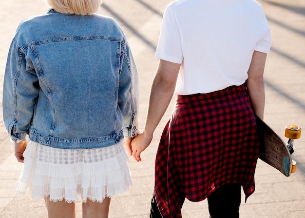 Крупным планом пара, держась за руки
