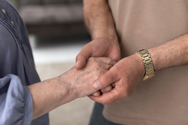 Close up coppia mano nella mano