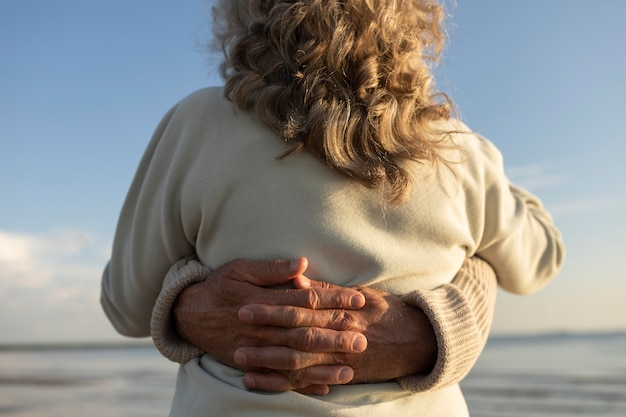 해변에서 포옹하는 커플을 닫습니다