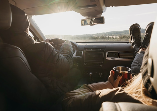 Крупным планом пара в машине вместе