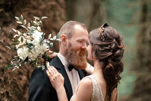숲의 벽에 사랑에 up.couple를 닫습니다.