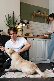犬と一緒に屋内でカップルをクローズアップ