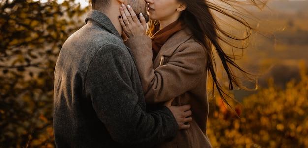 Крупным планом пара поцелуев на открытом воздухе
