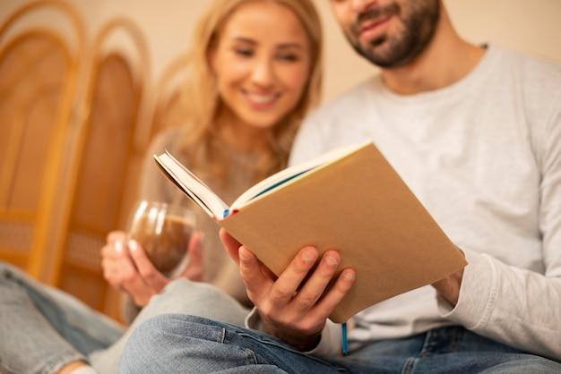 Пара крупным планом, читающая вместе