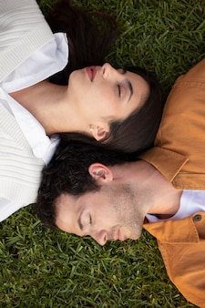 Крупным планом пара, спящая на траве