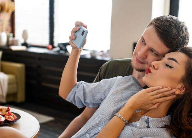 Chiuda sulle coppie che prendono selfie