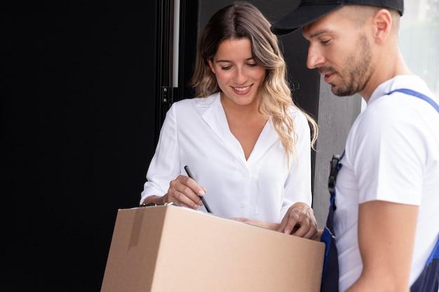 Крупным планом курьерской доставки пакета