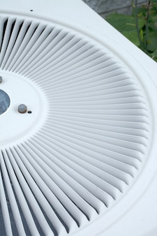 배경 및 벽지로 사용하는 공기 응축기의 덮개를 닫습니다. 프리미엄 사진