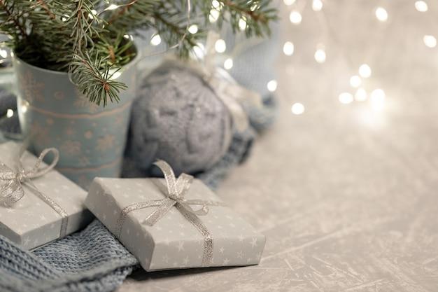Закройте вверх по уютной рождественской композиции с кружкой еловых веток