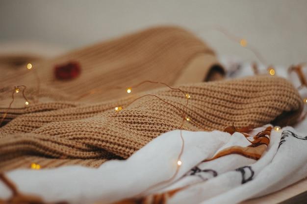 Закройте уютные свитера с легкими завязками